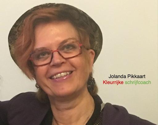 Jolanda lachend met een rode hoed